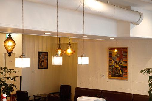 サテライト会場となっていた前田珈琲の店内。参加作家の作品がごく自然に展示されている