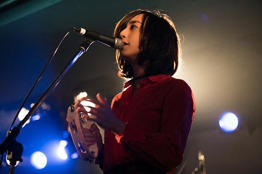 Emily(Vo)。『exPoP!!!!! Vol.106』の翌日、2月23日のライブをもって脱退したことが発表された