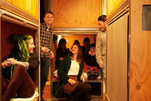 中央区八丁堀のホステル『WISE OWL HOSTELS』で宿泊客とともに