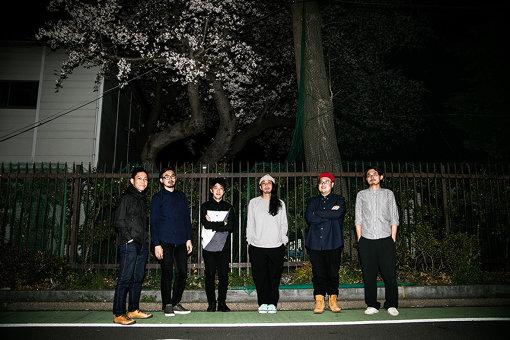 Emeraldのメンバー。左から:高木陽(Dr)、藤井智之(Ba)、中村龍人(Key)、中野陽介(Vo,Gt)、磯野好孝(Gt)、藤井健司(サポート,VKB-100,Sampler)