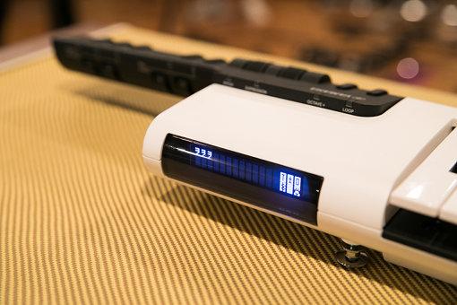 入力された歌詞「ヲヲヲ」が表示されているVKB-100の液晶画面