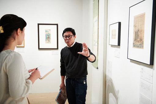 学芸員・三井圭司さんの解説を、ノートにメモをとりながら鑑賞