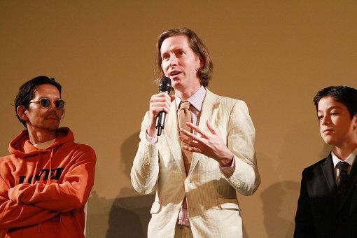 左から:野村訓市、ウェス・アンダーソン監督、コーユー・ランキン