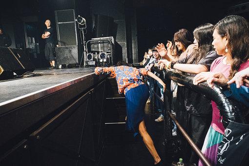 客席から再びステージに駆け上がる康本 撮影:タイコウクニヨシ
