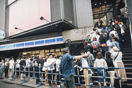開場を心待ちにする多くの客が列をなした 撮影:タイコウクニヨシ