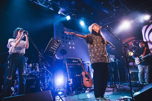 左から:コーラスで参加したえつこ(DADARAY、katyusha)、ステージ中央で伸びやかに歌う中野陽介、磯野好孝 撮影:タイコウクニヨシ