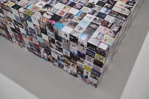 「Photo」エリアに置かれたベンチは、公募された無数の画像で覆われた