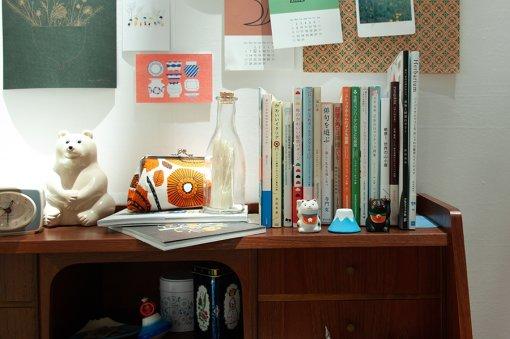 机の棚には、富士山の小物や招き猫に並んで、たまちゃんと作った瓶詰めのタイムカプセルが置かれていた