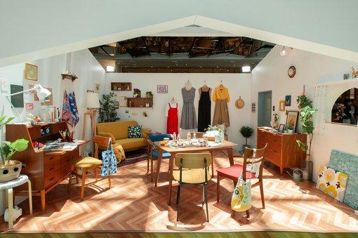 『おとなまる子のチルライフ』展として、展示されている「おとなまる子の部屋」