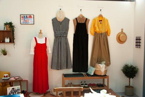 服がかけられた壁面にはそれぞれ「Today」「Tomorrow」「Someday」と書かれていた