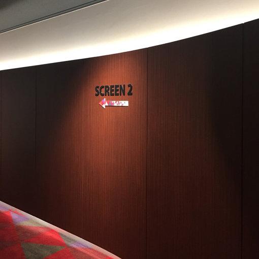 「スクリーン2」への通路。矢印がカラフル