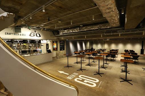 地下4階は毎週金曜にライブが行なわれる(出演者は原則として当日午前に発表)。写真左に見えるのはSPRING VALLEY BREWERYのクラフトビール&デリスタンド「