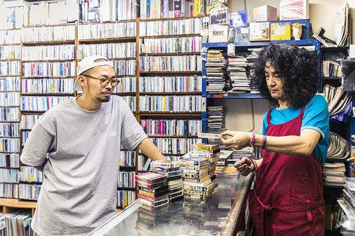 NONCHELEEEはこの日、大量のカセットテープを購入した。これだけ買っても2,000円以下という価格設定