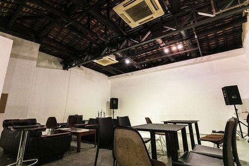 アートの展示以外にも、即興音楽や舞踏などのイベント、カフェバーとしても機能するSOAPは高い天井が印象的なスペース。音楽家・大友良英などもつながりが深い