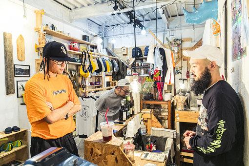 Kabuiの店内を見渡す2人とKabuiの都合希視寛(とごうきみひろ)