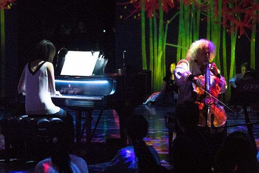 ミッシャ・マイスキーをステージに迎え入れて演奏している様子© Ryota Mori