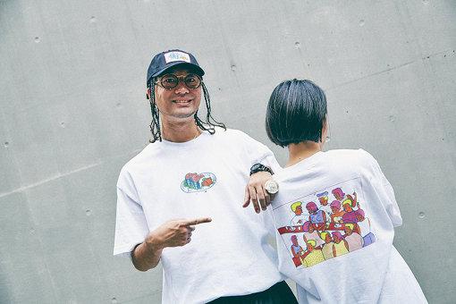 Tシャツを着るZEN-LA-ROCK。フロントには鯖缶のイラストと小倉の文字、バックには角打ちのイラストがプリントされている