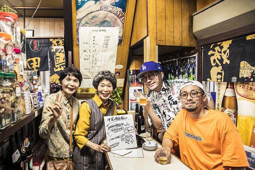 左から:平尾酒店の女将さんの妹さん、女将さん、ZEN-LA-ROCK、NONCHELEEE / 撮影:勝村祐紀