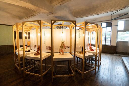 教室内に、円を描くように作品が展示されている。 ©京都国際映画祭