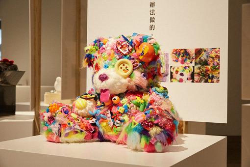 毛糸やビーズが使われたカラフルなテディベア(写真は台湾で展示されたときのもの)