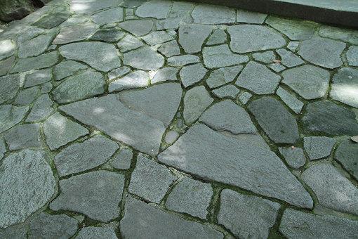 宇佐神宮の夫婦石。片足ずつ載せると、良縁に恵まれると言われている