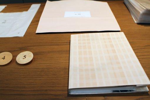 ブックカバーの柄は原稿用紙をもとにしたパターン