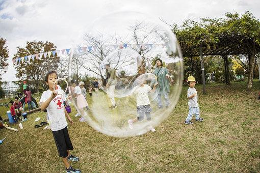 シャボン玉で遊ぶ子どもたち