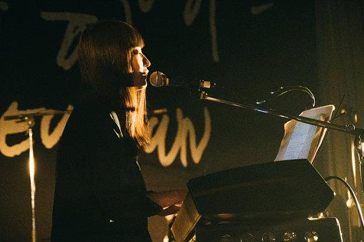 寺尾紗穂 / あだち麗三郎をサポートに迎えて出演。元・小学校という環境も作用してか、素朴な歌声は一層感動的に響いた