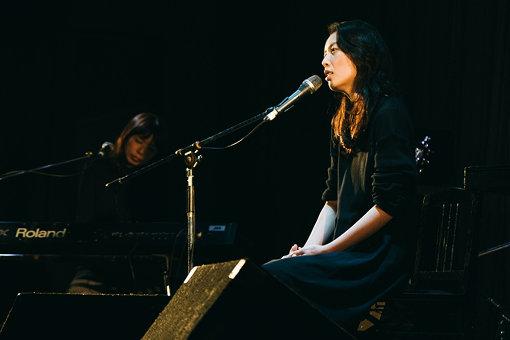 阿部芙蓉美 / 『NEWTOWN』オリジナル企画で4年振りとなる新曲をレコードでリリース。しなやかな歌声が体育館を満たした
