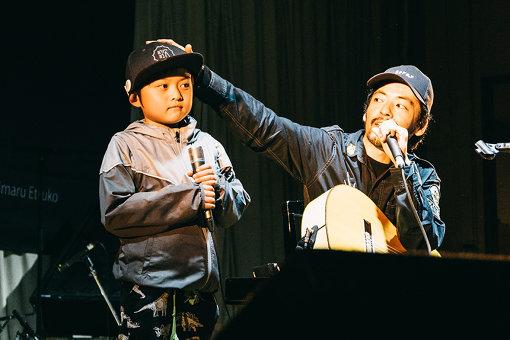 """七尾旅人 / 体育館という会場もあってか、少年時代の思いを掘り起こした楽曲も披露。子どもたちとパフォーマンスした名曲""""Rollin' Rollin'は、2日間を通じて一番のハイライトだった"""