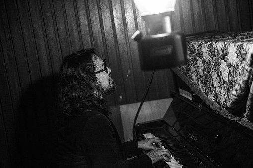 曽我部恵一 / ギター1本と歌のみで、会場を震わす圧巻のパフォーマンスを披露。アンコールでは、会場脇にひっそりと佇むピアノを使った弾き語りも