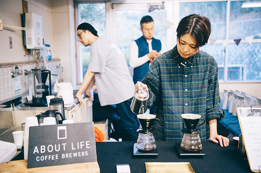 ABOUT LIFE COFFEE BREWERSが淹れたての美味しいホットコーヒーを提供