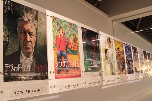 通路には映画ポスターやチラシが並ぶ