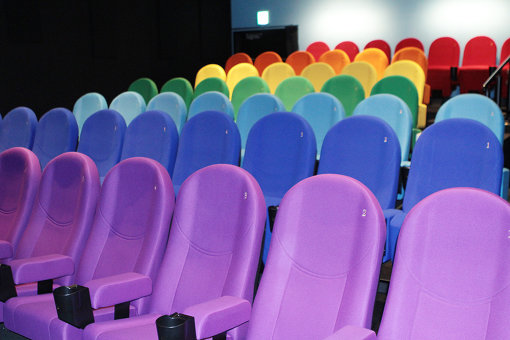 スクリーン2は座席をレインボーカラーに配置
