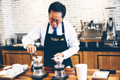 取材陣のために、自らコーヒーを「点てて」くれた菅野さん