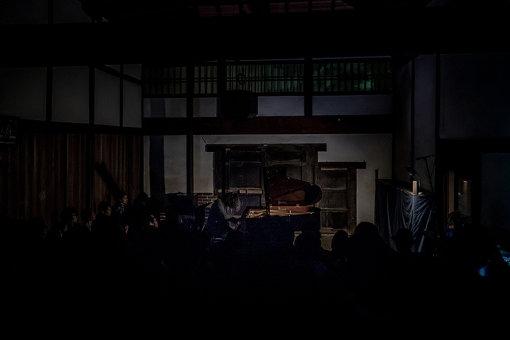 スガダイロー(法然院でのパフォーマンスの様子) / photo by Yoshikazu Inoue