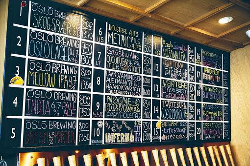 今日飲める20種類のビールの説明が書かれた黒板