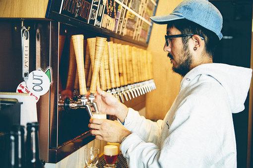 ビールを注ぐ様子