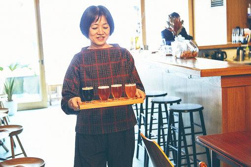 オーダーしたビールを席まで運ぶ、恩田陸さん