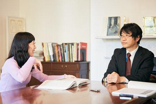左から:柴田聡子、安井裕雄
