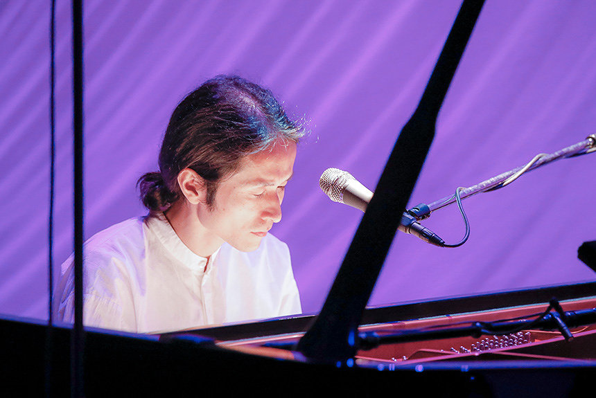 高木正勝が都会で自然と共鳴。ピアノだけで表現する命の尊さ