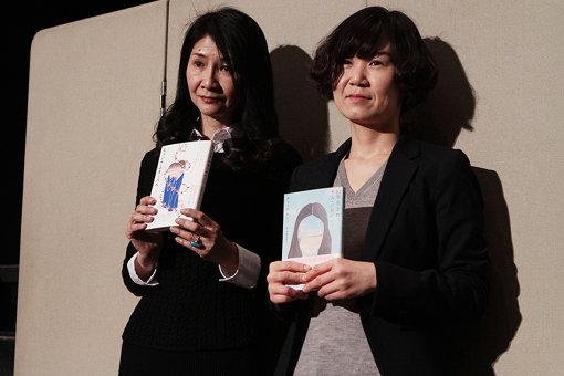 左から翻訳家の斎藤真理子、来日したチョ・ナムジュ。2人が手にしているのは『82年生まれ、キム・ジヨン』『ヒョンナムオッパへ』の2冊