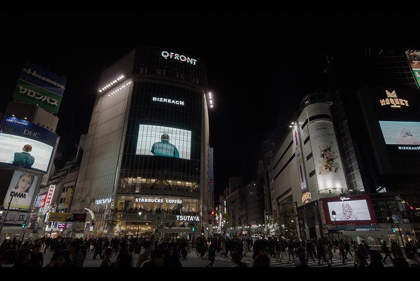 ソフィ・カルの映像作品を夜の渋谷スクランブル交差点で上映。現場をレポ