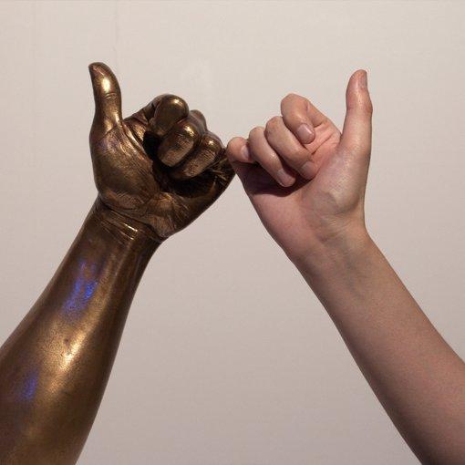 フォトスポットで写真を撮影可能。香取慎吾の手を模したオブジェと筆者