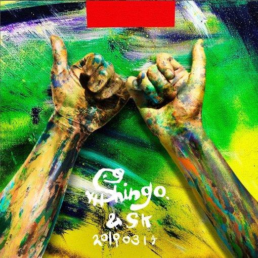 フォトスポットで写真を撮影し、QRコードで加工画像と元画像がダウンロードできる。写真左は香取慎吾の手を模したオブジェ