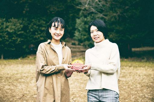 左から:尾田春菜(マルコメ株式会社)、榎本美沙(料理家)。ふたりが手に持っているものが「シュールストレミング」である