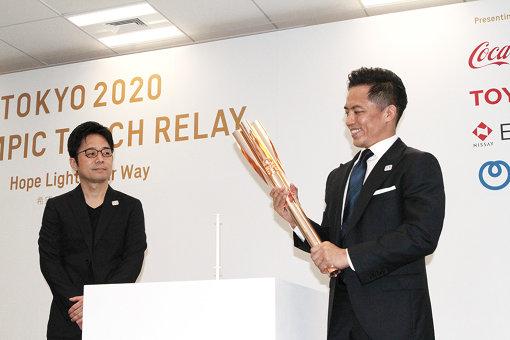 吉岡徳仁と野村忠宏がトーチの除幕を行なった