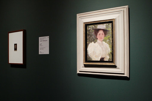 第3章「私生活」の展示風景。クリムトによる肖像画の習作