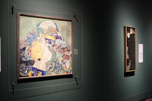 左からグスタフ・クリムト『赤子(ゆりかご)』、『女ともだちI(姉妹たち)』、