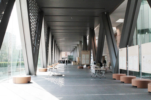 東京都現代美術館内。コルクの丸い椅子が並ぶ